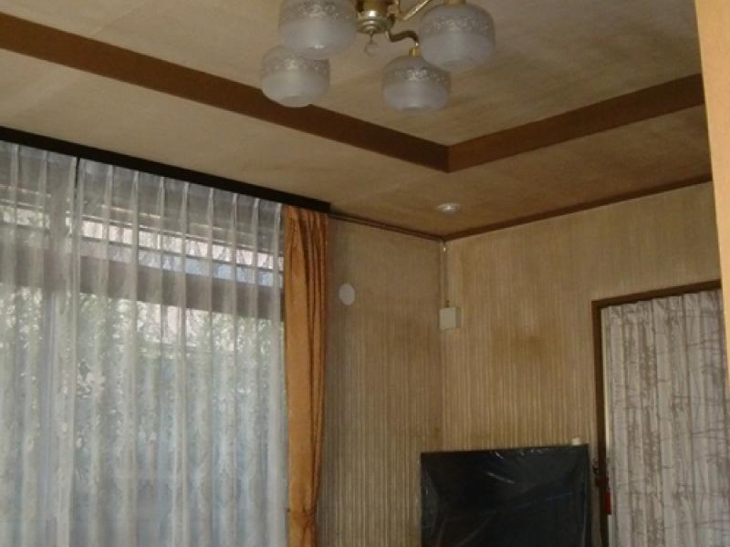 紫外線や汚れによる劣化が著しい、天井や壁面の壁紙クロス張替工事 [before]